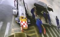 加油中的商务汽车起烟失火 多亏加油站员工反应快